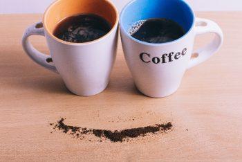 マグカップとコーヒー粉の笑顔