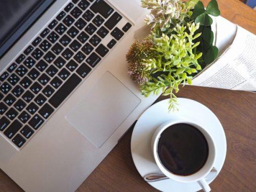 カフェでコーヒー飲みなが仕事