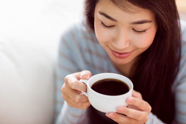 美味しいコーヒーを飲む女性