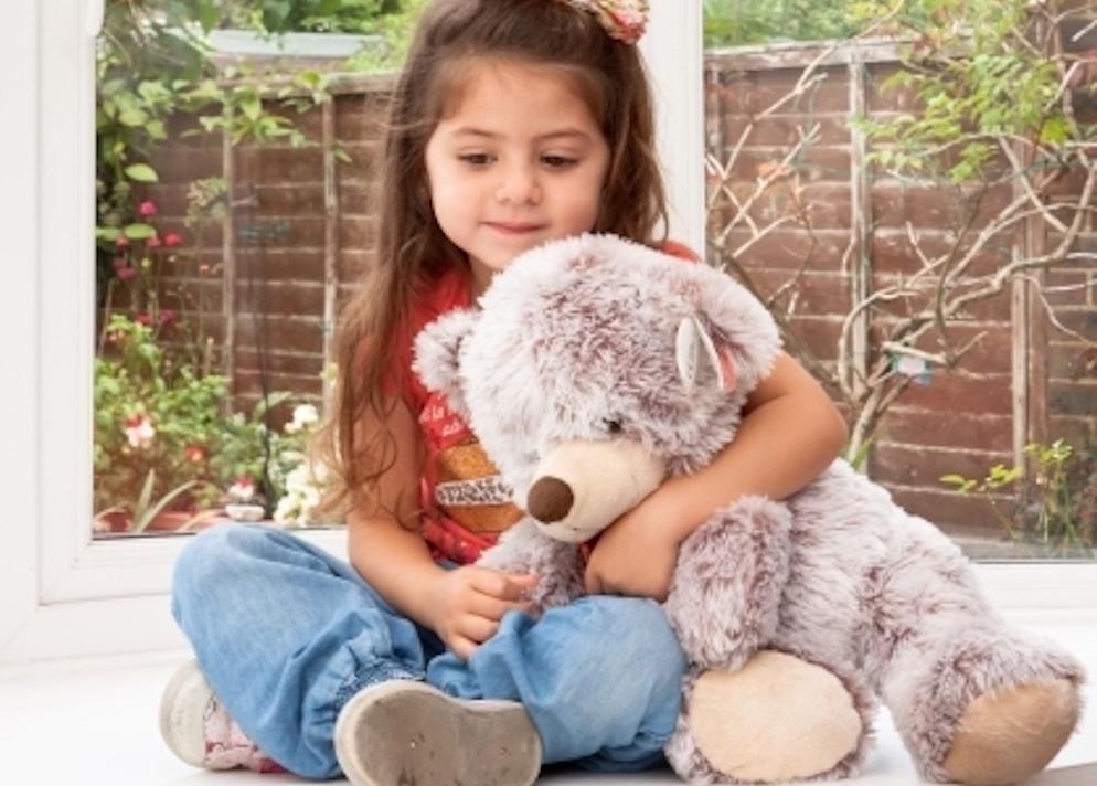 クマのぬいぐるみと女の子